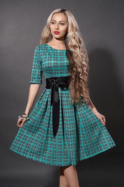 Модне трикотажне жіноче расклешеное плаття в клітку