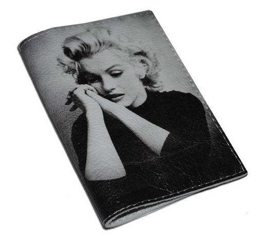 Кожаная женская обложка для паспорта Задумчивая Мерлин