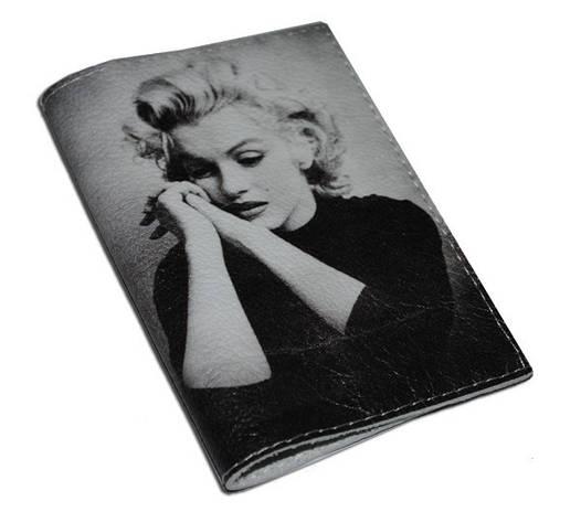 Обложка для паспорта женская Задумчивая Мерлин