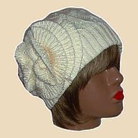Вязаная зимняя шапка с цветком бело-жемчужного цвета
