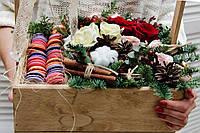 Новогодний ящик с хвоей,цветами и макаронс