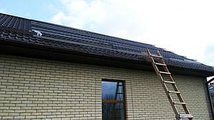 Монтаж системы алюминиевых креплений для установки солнечных панелей на крышу.