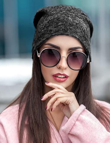 """Зимняя женская шапка """"Chanel"""" с помпоном белая молочная"""