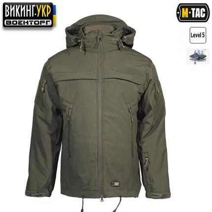 M-TAC куртка Soft Shell Police изготовлена из междуслойной полиуретановой мембраны которая защищает от непогоды. Внутри тонкий флис. Динамичный крой не сковывает движений. Скрытый в воротнике капюшон, имеет регулировку через карманы на груди. Обладает двумя идентификационными панелями, которые в зависимости от ситуации, можно достать или спрятать. В куртке есть одна пустая панель, благодаря которой существует возможность вышить или напечатать нужные оператору названия. Специалисты бренда M-Tac добавили систему которая позволит удобно и быстро достать оружие или другие предметы находящиеся на поясе. Данная система позволит одним плавным движением достать оружие, электрошокер, или другие аксессуары, что заметно влияет на время реакции в опасных случаях.   Выдающимися свойствами изделий из софтшелла являются их маленький вес и комбинация двух слоёв одежды в одном. Софтшелл объединяет в себе внешний слой (для защиты от ветра и непогоды) и изолирующий внутренний слой. Поверхность является не только отклоняющей влагу, но так же и отклоняющей грязь. Кроме того, мягкий и обтекаемый материал придаёт больше комфорта при носке.   Передняя молния изготовлена компанией YKK. Молния качественная и выполняет свою функцию без каких-либо видимых проблем.