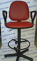 Кресло парикмахерское б/у. Цвет : красный