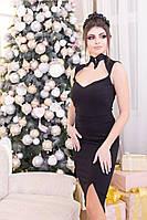 Черное платье-футляр с кружевным воротником стойкой