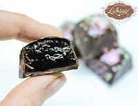 Шоколадные конфеты с мармеладом из черной смородины