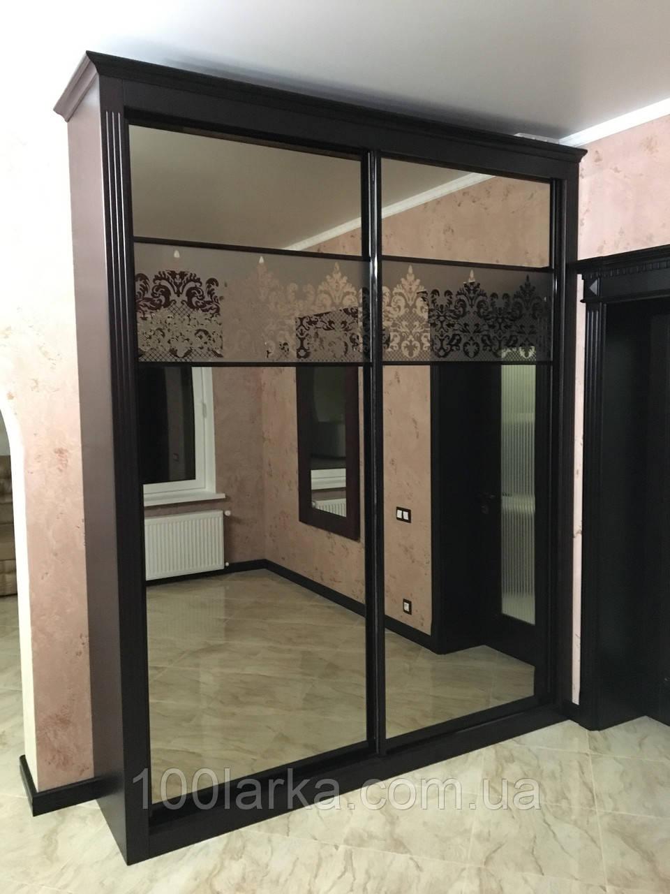 Шкаф купе, деревянный фасад с зеркалом.