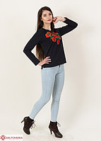 Модный молодежный свитшот из трикотажа украшен вышитыми красными маками