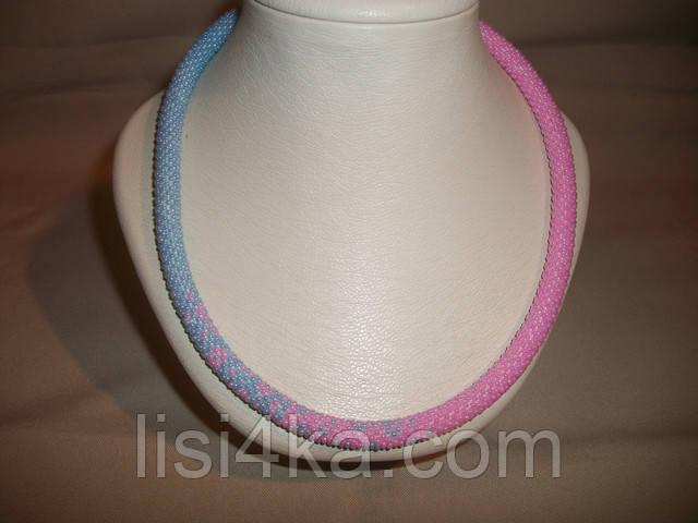 Вязаный из бисера узорный жгут с переходом цветов розово-голубой