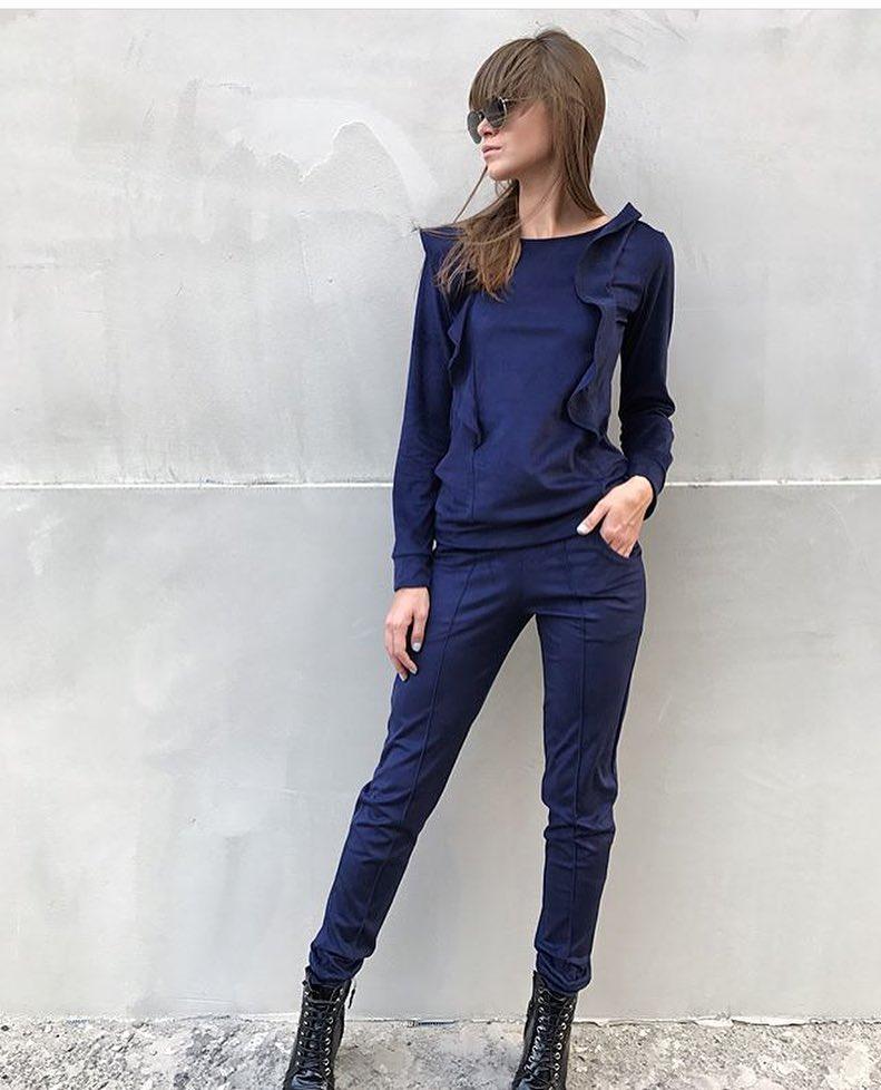 c944fed060c2 Модный женский спортивный костюм из экозамши синего цвета с воланами -  Интернет-магазин одежды и