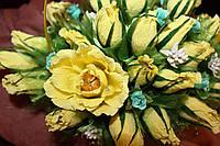 Корзинка с жёлтыми бутонами роз