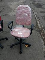 Кресло офисное б/у. Цвет :розовый.