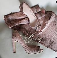 Женские пудровые туфли из питона на каблуке с открытым носком
