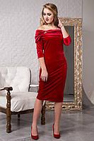 Красное велюровое платье с хомутом и брошью