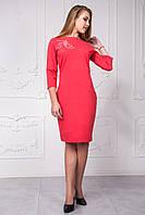 Короткое женское платье со стразами красного цвета