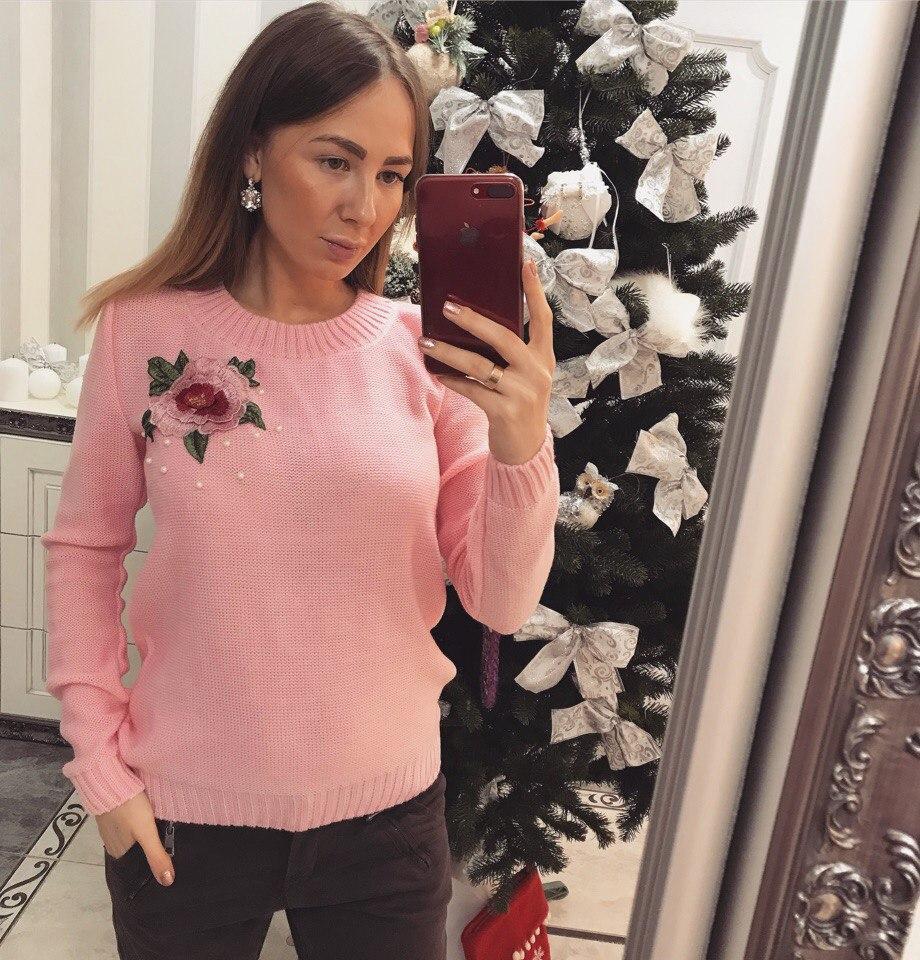 Теплый женский свитер декорирован розой