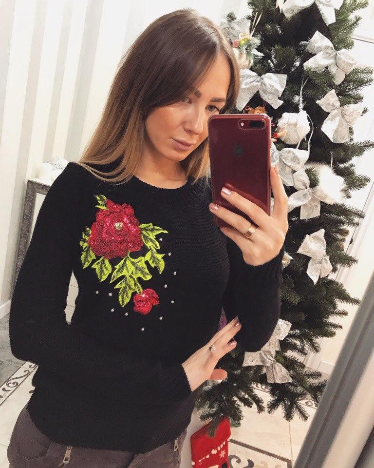"""Красивый женский свитер """"Красная роза"""""""