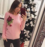 Красивый женский свитер декорирован нашивкой в виде розы