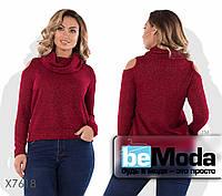 Привлекательный женский свитер из качественного материала с люрексовой нитью и вырезами на плечах красный