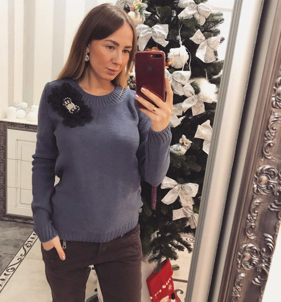 Элегантный женский свитер с украшением