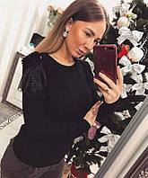 Модный свитер с красивым украшением на плечах