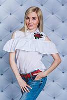 Блузка с рюшами и цветком белая