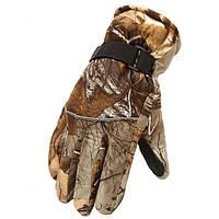 Мужчина в камуфляже лыжные перчатки толще занос утеплению
