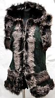 Женская жилетка из кожи и овечьей шерсти с капюшоном - зеленая