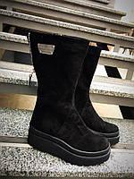 Зимние замшевые женские сапоги на платформе черные