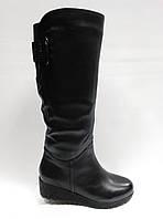Кожаные черные зимние сапоги с широким голенищем.