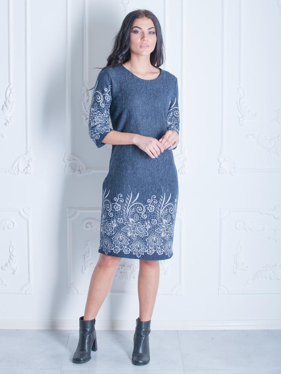 Жіночна сукня з квітковим візерунком.