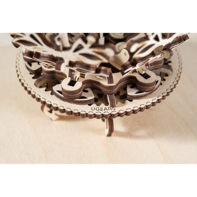 Крутящееся колесо механического цветка