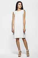 Белое платье из крепа с рюшей на плечах