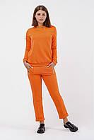Яркий оранжевый костюм с металлическими молниями