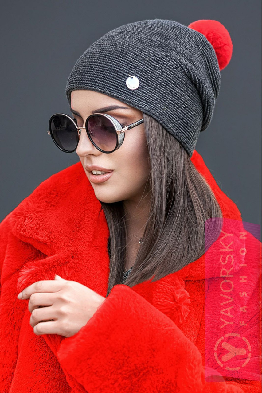 Молодежная шапка с яркими бубоном