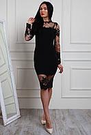 Красивое женское платье украшено французким кружевом, черного цвета