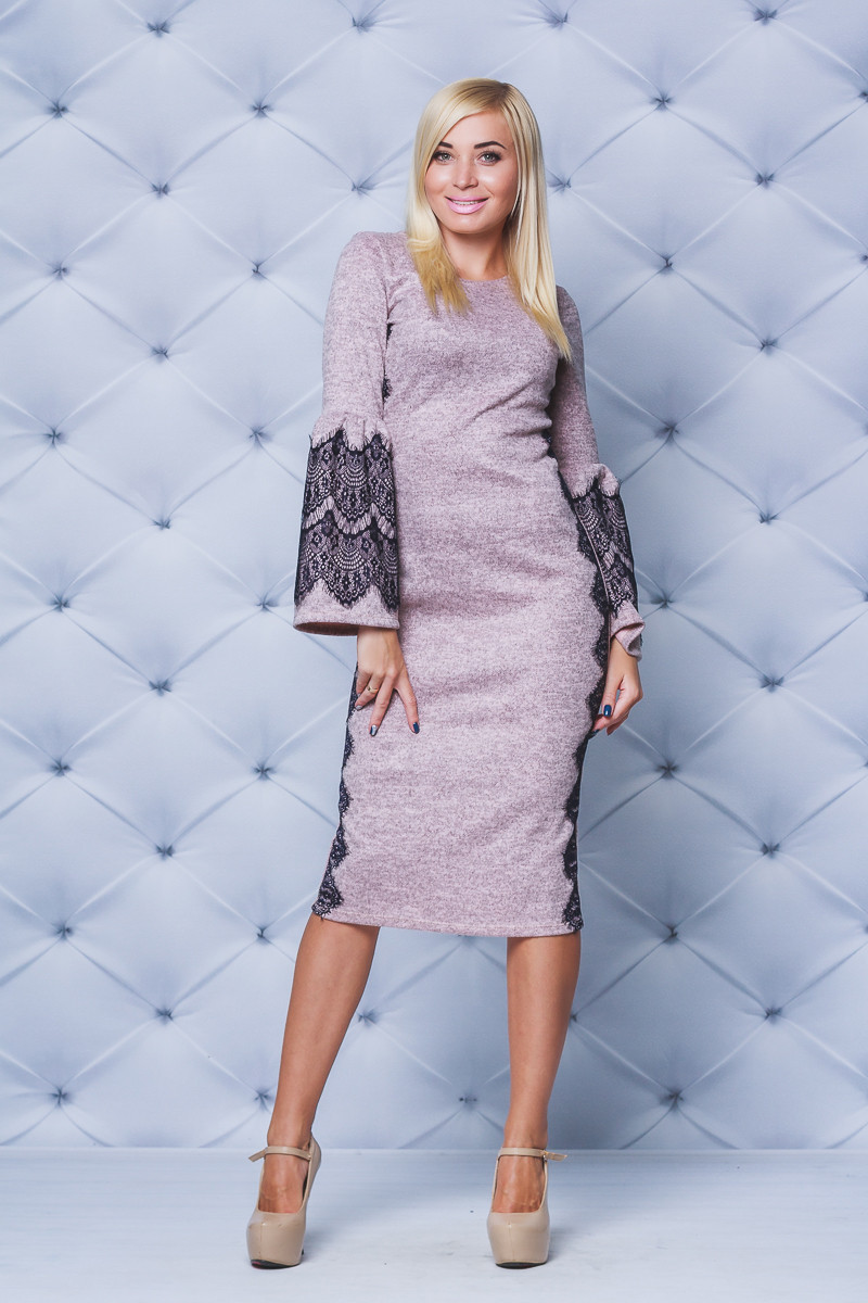 Нарядное женское платье с кружевом персик