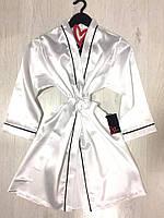 Белый атласный халат под пояс, домашняя одежда.