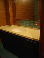 Столешница для ванной комнаты из искусственного камня, мойка из камня.