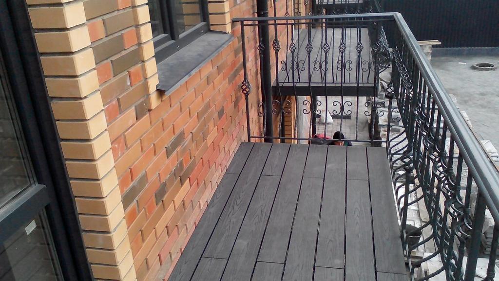 Монтаж террасной доски из ДПК на балконы таунхауса в г. Ирпень