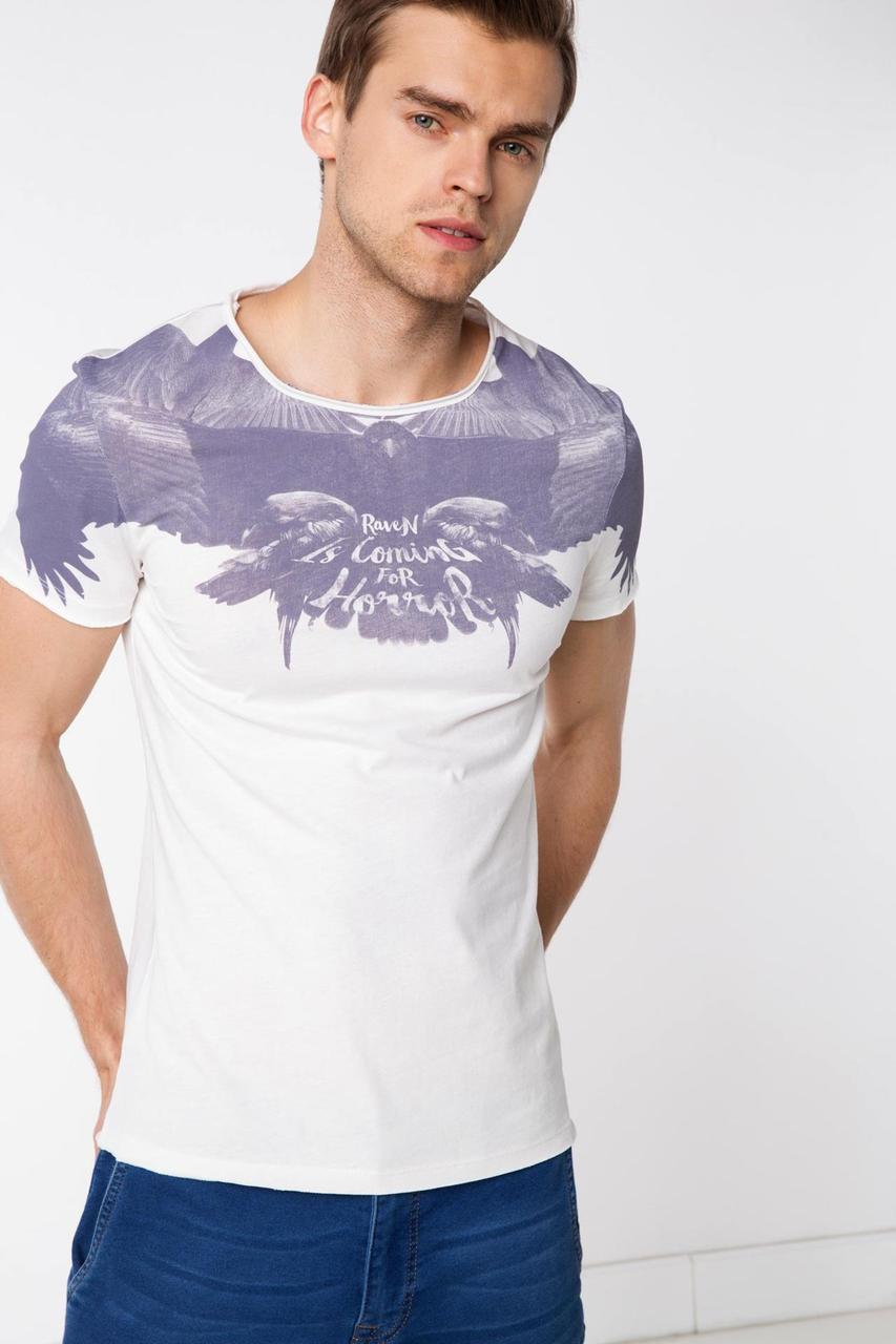 Мужская футболка De Facto/ Де Факто белого цвета с рисунком на груди и плечах