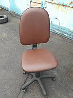 Кресло офисное б/у .Кож.зам. Цвет коричневый.