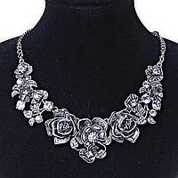 Ожерелье Розарий, металлические цветы и листва на цепочке со стразами