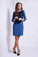 Изысканное женское платье украшено кружевом, цвета джинс