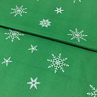 Ткань c редкими снежинками на зеленом фоне, ширина 160 см, фото 1