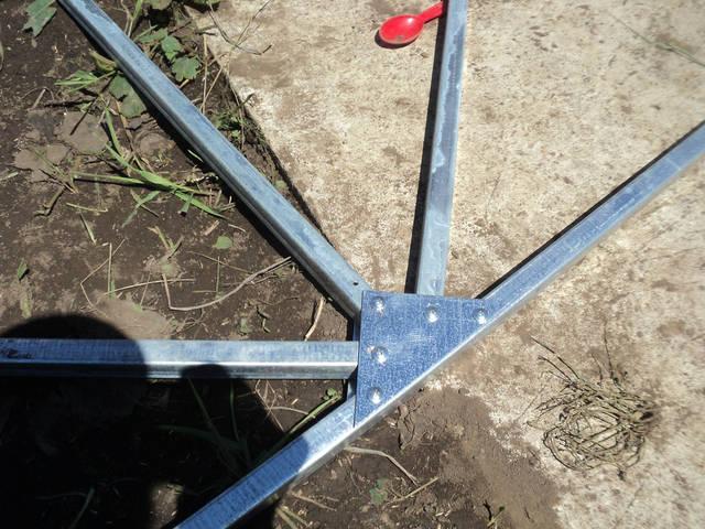 Щоб конструкція була стійкою та не хиткою встановлюють трикутники для дверей.