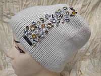 Женская шапочка украшенная камнями цвет  бежевый