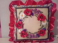 Оригинальная подушка вышитая лентами веночек50*50