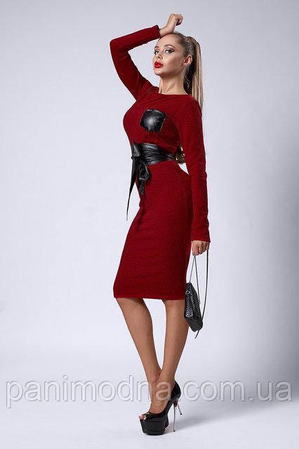 Стильное бордовое теплое платье декорировано кожаным поясом  - код 299